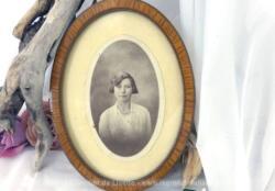 Petit cadre ovale bois avec photo jeune fille avec beaucoup de charme .
