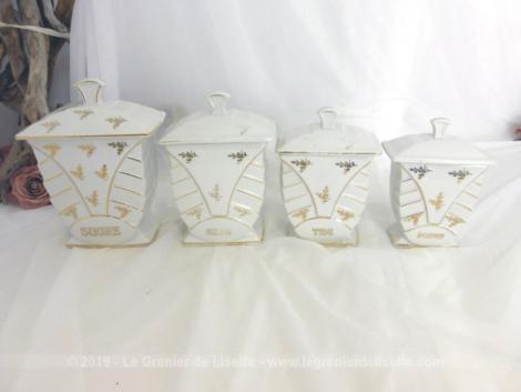 Quatre anciens pots à épices sur socle avec dorures. Voici 4 pots à épices, avec couvercle, dans la tendance Art Nouveau avec ses belles dorures et ses formes pyramide en relief, un pot à Poivre, Thé, Café et Sucre.