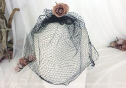 Ancienne voilette, épaisse de couleur noire, pour décorer un chapeau et faire descendre sur le visage.