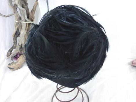 Ancien bibi en plumes noires fait main avec un coté plus long. Pièce unique.