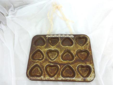 Voici un ancien moule à mignardises en forme de coeur revisité en tendance shabby avec une bande de dentelle pour le suspendre.