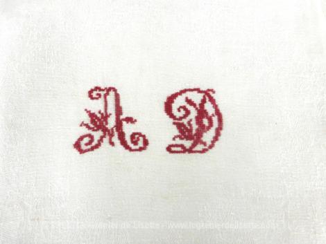 Lot de 3 anciennes serviettes en coton damassé avec les monogrammes AD brodés au point de croix au fil rouge.