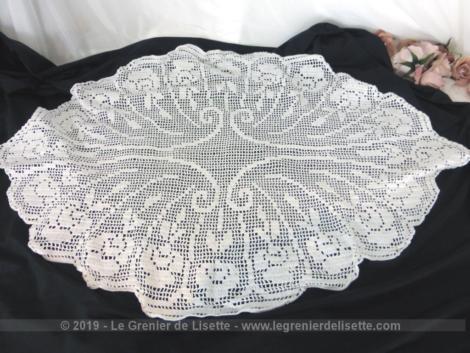 Ancien grand napperon crochet en fil coton blanc, réalisé à la main de forme ovale à pans.