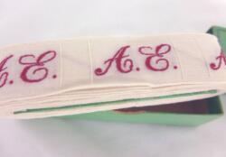 """Ancien ruban avec lettres AE brodées et sa boite en carton portant les inscriptions """"Initiales Tissées Rouge Grand Teint pour marquer le linge , etc"""" """"Economie -"""