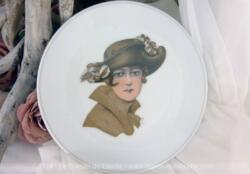 Superbe petite assiette à dessert en porcelaine de France Chauvigny F.D. représentant un portrait de femme du début du XX° siècle.