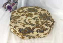Boite octogonale vintage en carton avec tapisserie, ancienne boite à chocolats devenu au fil des siècles, une belle boite à couture .