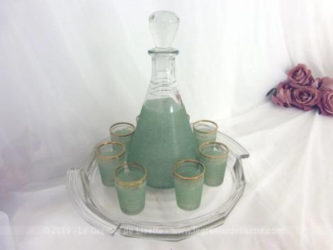 Ancien service vert avec carafe et 6 petits verres aux liserés dorés et verre granité et son plateau .