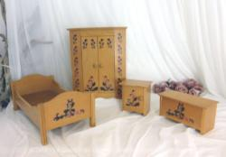 Ancienne chambre en bois pour poupée avec un grand assortiment de meubles, avec un lit, une armoire double porte, une table de chevet et un coffre.