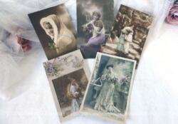 Cinq cartes postales anciennes femme Bonne Année, datant toutes du début du siècle dernier.