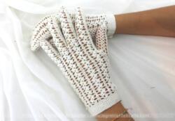 Anciens gants au crochet fait main se fermant avec un petit bouton en fil. Pour petites mains, taille 6-6 1/2.