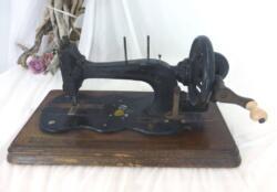 Ancienne machine à coudre à manivelle bakélite datant du début du siècle dernier.