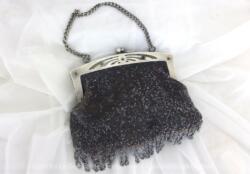Ancienne et originale, voici une minaudière avec franges, réalisée en perles métalliques, idéal comme petit sac de soirée à main.