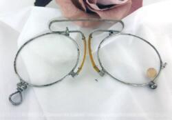 """Ancienne paire de lunettes, pince nez, trésor d'un vieil atelier de lunetier du début du siècle dernier, avec le chiffre """"30"""" correspondant à la nomenclature de correction des verres de l'époque."""