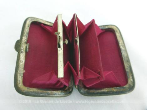 """Petite aumônière nacre, façon porte monnaie, avec compartiments et poche secrète avec incrustation d'une photo en médaillon """"Exposition de 1878""""."""