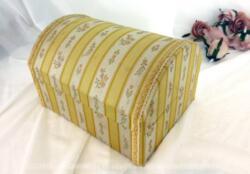 Boite en carton forme coffre avec tissus satiné au motif style empire et décorée d'un galon. Idéal pour une boite à couture, à bijoux ou à secrets.