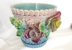 Magnifique cache pot ancien en barbotine faïence du Nord numéroté. On craque sous le charme des couleurs pastels, de la forme mais surtout sur les fleurs en relief. Pièce unique.
