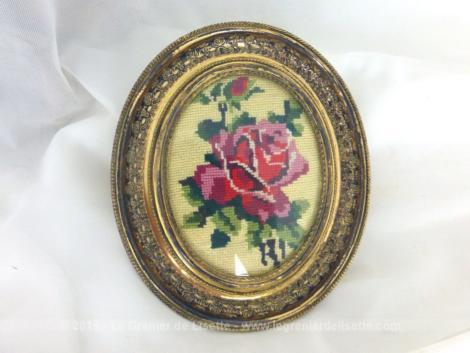 Cadre laiton vitré avec broderie au point de croix représentant une rose.