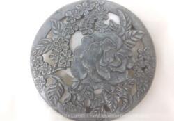 Voici un ancien grand médaillon en aluminium avec des dessins de rose; idéal pour incrustation dans une composition ou création.