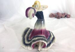Son éventail à la main, sa robe longue à volants et sa posture très cambrée, c'est une vraie danseuse de flamenco en porcelaine allemande qui vous attend.