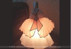 En étant de marche, voici une ancienne lampe marquise porcelaine années 50/60 avec son corps en plastique épais de couleur vieux rose.