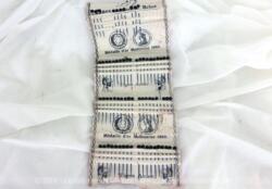 Grand lot d'anciennes épingles à corsage tête noire, avec près de 70 pièces de 4 cm de long. Elles sont en tiges d'acier et têtes noires en pâte de verre de 0.5 cm.
