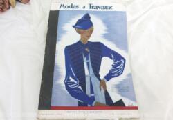 Voici la revue Modes et Travaux du 1er octobre 1934 avec des superbes modèles de robes et manteaux d'hiver, des explications de modèles au tricot, broderies et couture... sans oublier le patron fourni. Le tout avec des dessins sublimes !