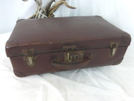 Voici une adorable ancienne petite valise en carton couleur marron des années 50/60 de 50 x 30 x 15 cm avec tout son système de fermeture en fer.