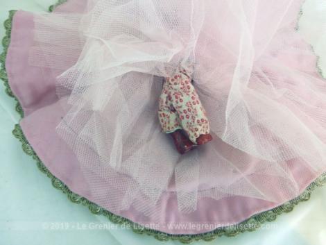 Adorable poupée porcelaine au jupon rond avec tête, bras et jambe en porcelaine. avec une grande robe ample en velours bordeaux habillée de plusieurs volants aux jupons en tulle rose.