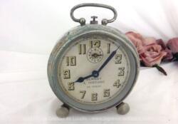 Ancien réveil vintage métal patiné de la marque Blangy J. Fontaine entièrement patiné par le temps et proposé à titre de décoration vintage ou loft .
