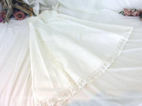 Ancien manteau ou robe de baptême sans manche tout en piqué de coton molletonné et décoré de dentelles en broderies anglaises.