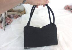 Ancien petit sac vintage en tissus formé de fines cordelettes cousues les unes à coté des autres. Superbe.