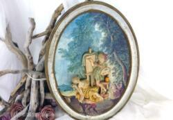 Superbe cadre ovale avec scène galante en relief réalisée en résine sur un fond de dessin champêtre.