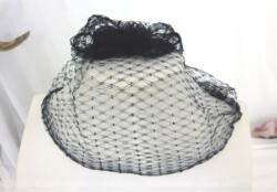 Ancienne résille ou voilette noire pour chapeau de 140 x 25 cm avec une maille en forme de losanges pour redonner un look vintage à n'importe quel chapeau.