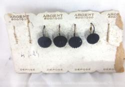 Voici un ancien carton de présentation des années 70/80 pour la vente de boucles d'oreilles en argent '800/1000' dont 3 de la meme taille et 1 plus petite.