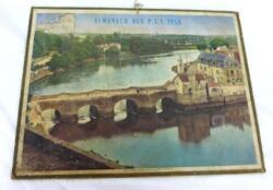 """Almanach cartonné des PTT de 1958 sans feuillets. Il y a d'un coté une grande photo du """"Vieux pont sur le Loch à Auray (Morbilhan) et de l'autre l'année complète."""