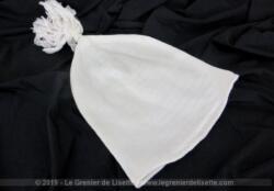 Voici un ancien bonnet de nuit pour homme avec son pompon, le tout entièrement fait main dans un coton mélangé en maille un peu extensible.