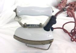 Ancien fer à repasser électrique en porcelaine de la marque ELAU avec son support amovible.