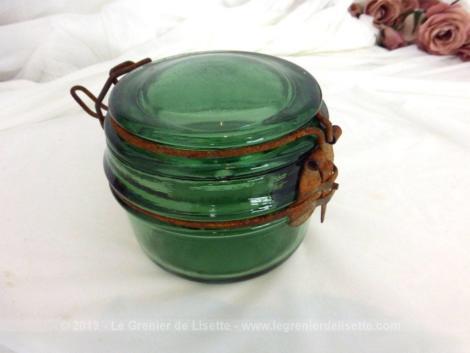 Ancien et beau bocal à stériliser format 350 g de la marque Solidex en verre vert avec son système de fermeture oxydé et vintage.