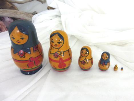 Voici un jeu de 6 poupées Russes avec un châle bleu ou un chale jaune et une ceinture rouge dont le plus grande mesure 10.5 cm.