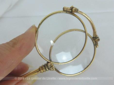 Jolie et ancienne paire de lunettes face à main en métal doré , pliable .