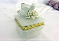 Petite boite en porcelaine avec un couple de belles colombes en décoration.