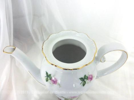 Cafetière verseuse au bouquet de roses avec sa forme de vase, son col en corolle et sa anse en volute. En porcelaine J. Seltmann Weiden Bavaria, modèle Theresia.