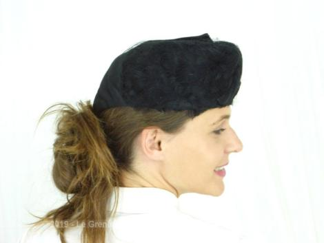 Ancien bibi avec plumes noires et voilette sur du satin noir et son grand revers décoratif. Fait main . Pièce unique.