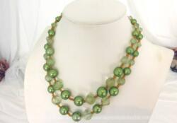 Ancien collier double rangs en perles de verre de couleur vert pastel certaines translucides et d'autres nacrées. Superbe et vintage !