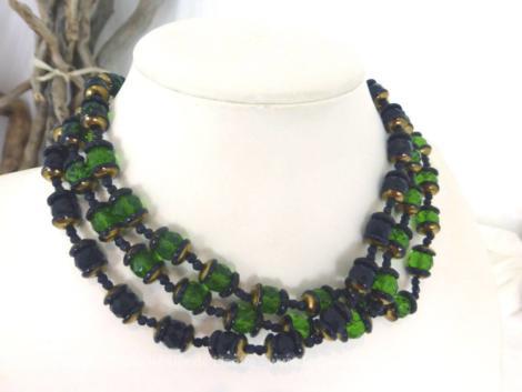 Sur 42 cm de long, voici un ancien collier ras de cou vintage, triple rangs et réalisé avec de superbes perles de verre à facettes dont deux rangs vert et un rang noir.