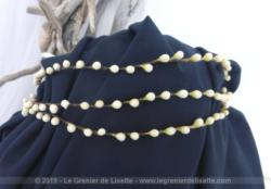 Voici une ancienne couronne diadème de mariée composée de 3 arcs en fleurs de cire datant du début du XX° pour une décoration remplie du charme d'antan.