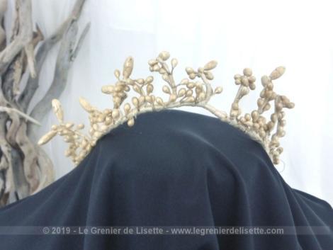 Voici une ancienne couronne de mariée, façon diadème, aux fleurs en bouton, réalisées en cire et datant du tout début du XX°.