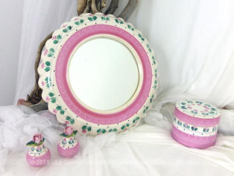 Voici un ensemble pour salle de bains tendance shabby en faïence signé Fontainebleau, composé d'un miroir, d'un pot et de deux petits flacons à parfums.