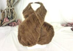 Ancien tour de cou en véritable fourrure de couleur marron clair avec une large boutonnière d'un coté pour faire passer l'autre coté et le serrer .