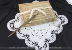 Composition décorative autour de la musique, avec d'anciennes partitions cartonnées, un mouchoir de mariée, un pince nez et un porte plume.